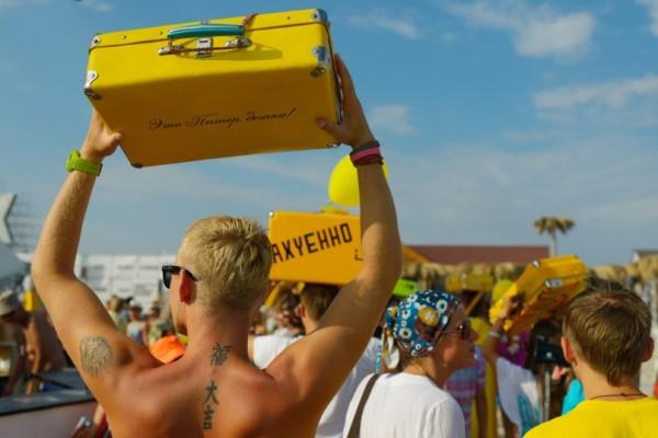 Казантип желтый чемодан