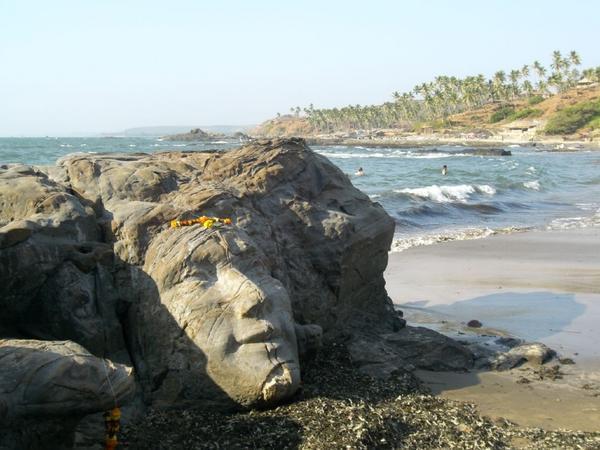 вагатор пляж с камнем лицо бога Шивы