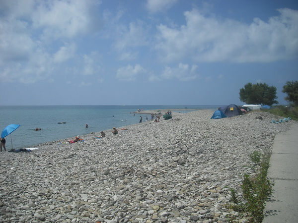 Аше автокемпинг палатки у реки и на море дикий пляж