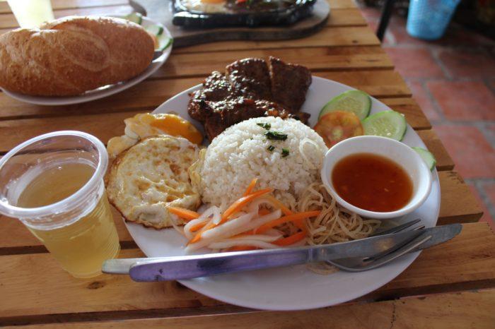 Рис сс мясом и яйцом что попробовать во Вьетнаме из еды